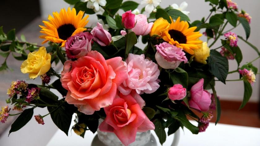 roses_sunflowers_jasmine_flowers_bouquets_composition_vase_36486_1920x1080[1]